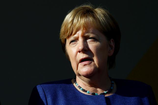 8月14日、ドイツのメルケル首相は、他の欧州諸国と同様にディーゼル車の新車販売を段階的に禁止する必要があると表明した。写真はフランクフルト近郊ゲルンハウゼンで撮影(2017年 ロイター/Ralph Orlowski)