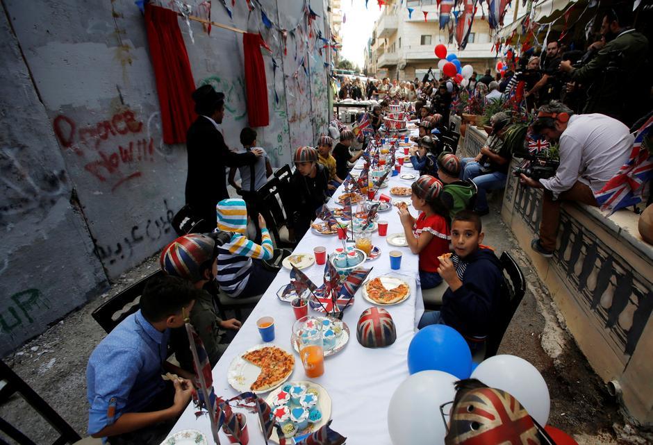 Resultado de imagen para banksy palestine party