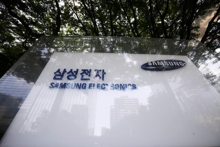 The logo of Samsung Electronics is seen in front of its office building in Seoul, South Korea, August 25, 2017.   Kim Hong-Ji