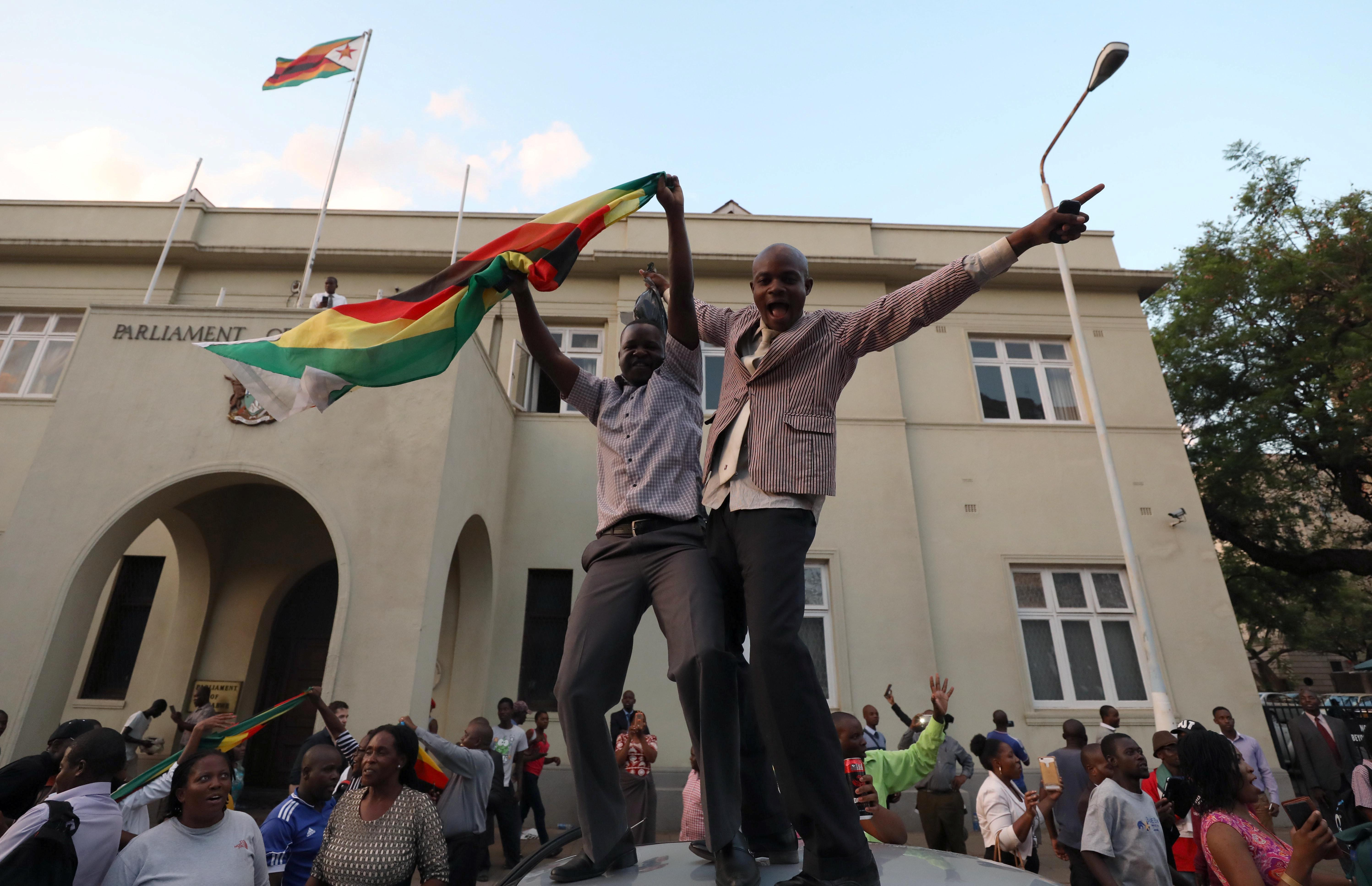 Zimbabweans celebrate after President Robert Mugabe resigns in Harare, Zimbabwe November 21, 2017. Mike Hutchings