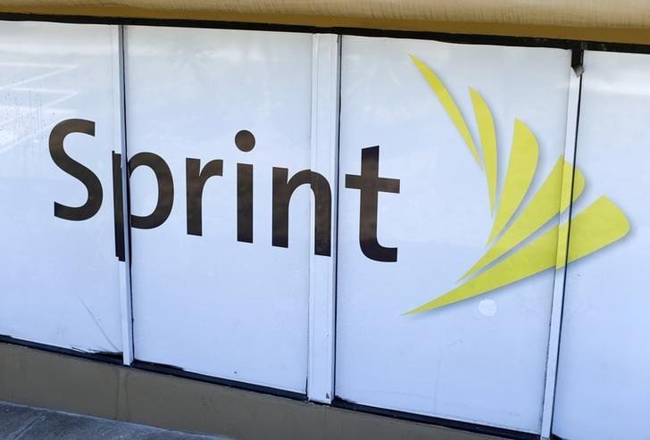 The logo of U.S. mobile network operator Sprint Corp is seen at a Sprint store in San Marcos, California August 3, 2015.        Mike Blake