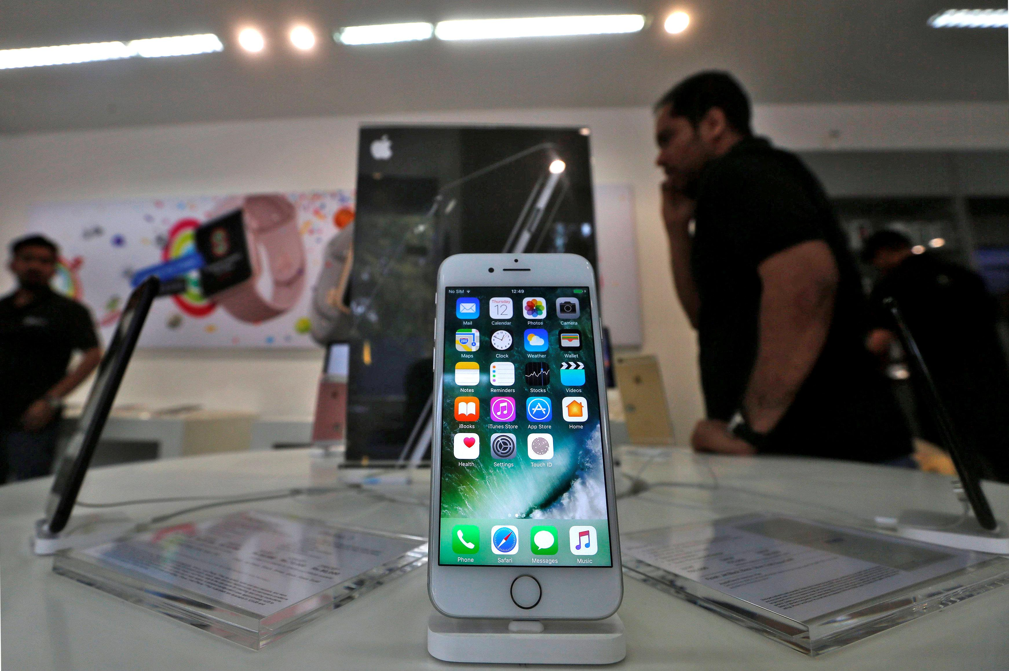 An iPhone is seen on display at a kiosk at an Apple reseller store in Mumbai, India, January 12, 2017. Picture taken January 12, 2017.  Shailesh Andrade/File photo