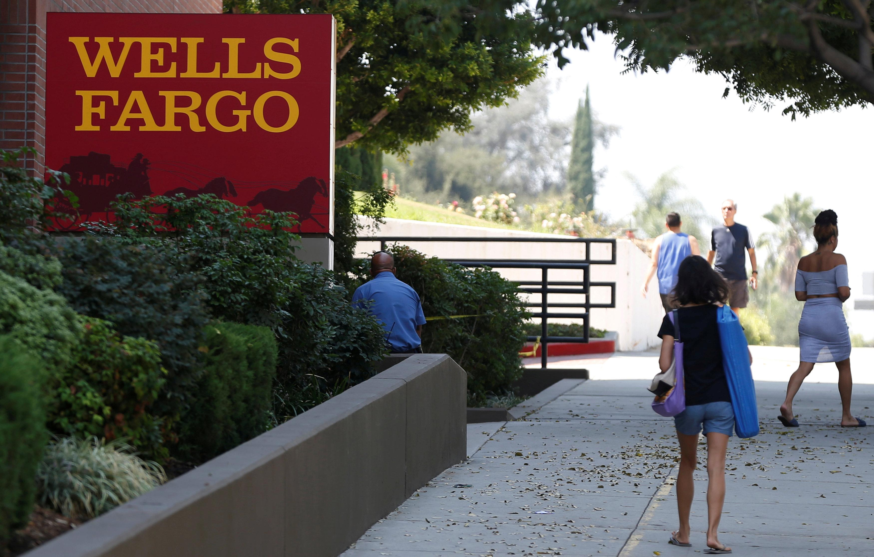 People walk by a Wells Fargo banking location in Pasadena, California, U.S., September 8, 2017. Mario Anzuoni