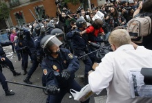 Police charge demonstrators outside the the Spanish parliament in Madrid, September 25, 2012. REUTERS/Paul Hanna