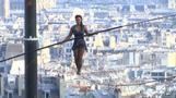 Hoch oben über Paris - Französin auf dem Drahtseil