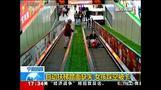中国でエスカレーターの踏み板外れ、少女が転落(12日)