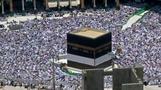 الحجاج يؤدون صلاة الجمعة في الحرم المكي قبل بدء المناسك