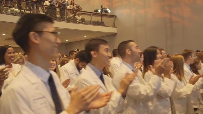 NYU医学部が授業料全額免除を発表、学生から拍手喝采(字幕・16日)
