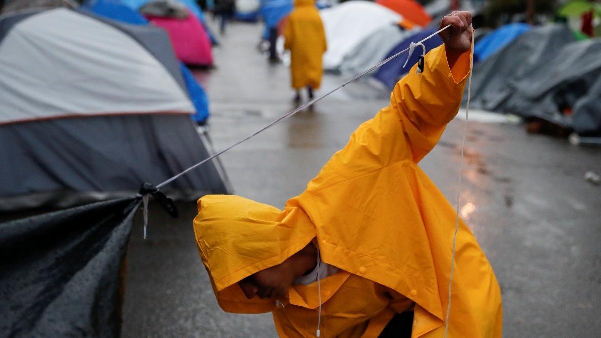 Migrants disperse, facing delays in U.S. asylum