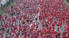 7000人以上のサンタが疾走、スペインでチャリティマラソン(9日)