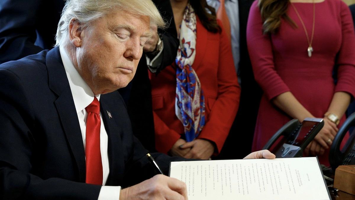 Trump unveils order to prioritize AI