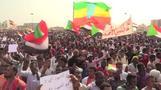 المحتجون في السودان يحتشدون في ساحة شهدت تحدي البشير لانتفاضتهم