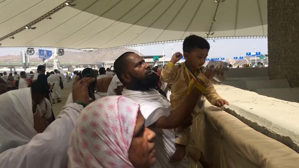 Haj pilgrims 'stone the devil' in Saudi Arabia