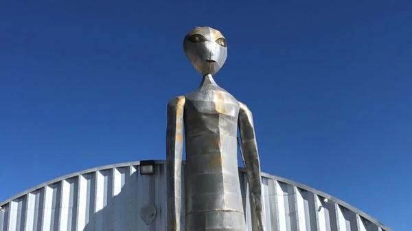 のまれる! 「宇宙人を探せ」イベントで、人口50人の町へ数万人(字幕・22日)