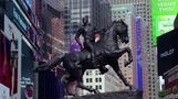 NYタイムズスクエアに登場、「米国人」の定義を問い直す像
