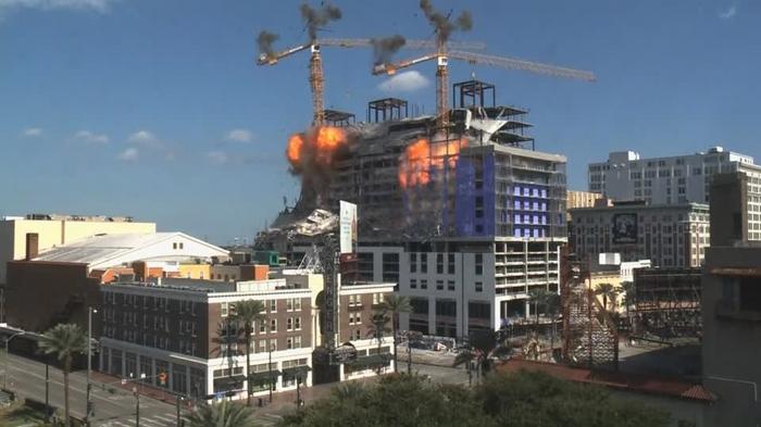 崩落現場の作業用クレーンを爆破解体、米ニューオーリンズ(21日)