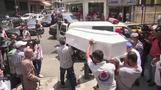 عشرات اللبنانيين يضعون الزهور في شارع ببيروت شهد حادث انتحار رجل