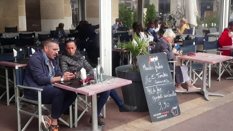 Diners in Marseille defy restaurant ban