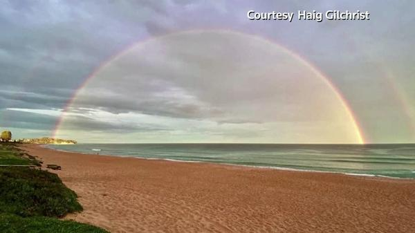 シドニーの海に二重の虹かかる(26日)
