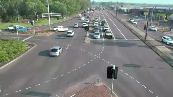 暴走車が赤信号の交差点に突っ込むも、奇跡的に衝突免れる 豪(字幕・27日)