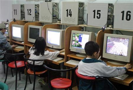 Children are shown surfing the Internet at a cafe in Hanoi, in this April 14, 2006 file photo. A U.S. federal court ruled on Thursday that a 1998 law designed to block children from viewing Internet pornography violates the U.S. Constitution's free speech protections. REUTERS/Kham