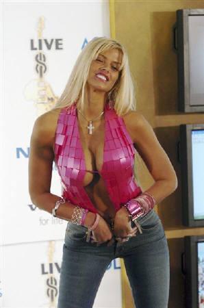 8月8日、米カリフォルニア州の裁判所が故アンナ・ニコール・スミスさんの豊胸手術を撮影したとされるビデオの販売と配布差し止めを決定。2005年7月撮影(2007年 ロイター/Bradley C Bower)