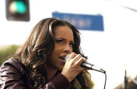 Singer Alicia Keys performs during a rally of striking members of the Writers Guild of America in Hollywood, California, Nov. 20, 2007. REUTERS/Mario Anzuoni