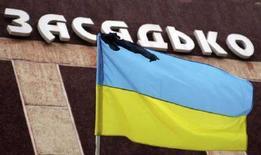<p>Украинский флаг с траурной лентой на донецкой угольной шахте имени Засядько 21 ноября 2007 года. На Донецкой угольной шахте имени Засядько, на которой две недели назад произошла самая масштабная катастрофа в истории украинской угольной отрасли и в которой погиб 101 шахтер, рано утром 1 декабря произошел очередной взрыв метана, травмировавший семерых человек. (REUTERS/Valeriy Belokryl)</p>