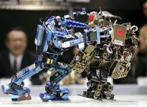 """<p>I robot """"Arius"""" (sinistra) e """"Metallic Fighter"""" lottano su un ring durante il Robo-One Grand Prix, a Tokyo. REUTERS/Toru Hanai</p>"""