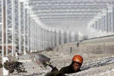 <p>Un operaio scava nel cantiere del treno ad alta velocità Pechino-Tianjin, 3 dicembre 2007. REUTERS/Vincent Du</p>