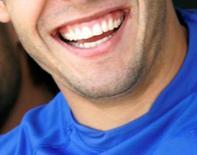 <p>Plus les responsables politiques sourient, moins les citoyens leur font confiance, révèle un sondage réalisé au Portugal qui montre que 80% des ressortissants de ce pays jugent que ces sourires sont feints et de circonstance. /Phot prise le 10 octobre 2007/REUTERS/Sergio Moraes</p>