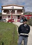 """<p>Полицейский стоит у дома""""босса боссов"""" сицилийской мафии Сальваторе Ло Пикколо на острове Сицилия 6 ноября 2007 года. Итальянская полиция задержала десятки людей, подозреваемых в связях с мафией на острове Сицилия во вторник. (REUTERS/Giuseppe Piazza)</p>"""