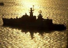 """<p>Корабль военно-морских сил Индии на якоре в Висакхапатнаме 11 февраля 2006 года. Индия может пересмотреть формат военно-технического сотрудничества с Россией, если Москва продолжит оттягивать выполнение контракта по модернизации авианосца """"Адмирал Горшков"""", цитируют индийские СМИ слова командующего ВМС Индии адмирала Суриша Мехты. (REUTERS/Kamal Kishore)</p>"""