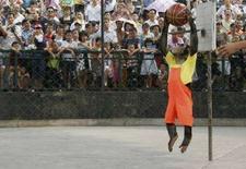 <p>Шимпанзе играет в баскетбол во время представления в Chongqing Safari Park 1 октября 2007 года. Уверены, что у вас хорошая память? Подумайте еще раз - молодые шимпанзе превзошли студентов японских колледжей в тесте на запоминание, сообщили исследователи из института города Киото. (REUTERS/Stringer)</p>