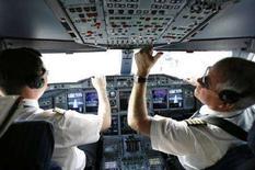 <p>Пилоты в кабине Airbus A380 после тестового полета над Лос-Анджелесом 29 ноября 2007 года. Каждый пилот хоть раз в жизни перепутает верх и низ, решили австралийские власти, и признали пространственную дезориентацию причиной каждой третьей авиакатастрофы. (REUTERS/Mario Anzuoni)</p>