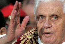 <p>Il Papa durante una benedizione. REUTERS/Dario Pignatelli (ITALY)</p>