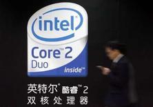 <p>A Shanghai. Intel, le premier fabricant mondial de puces, aura porté cette année à 12,2% sa part du marché mondial des semi-conducteurs, en pleine expansion, a indiqué le cabinet d'études Gartner. /Photo prise le 26 mars 2007/REUTERS/Claro Cortes IV</p>
