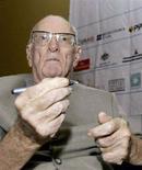 <p>Lo scrittore Arthur C. Clarke firma copie del suo libro ad un festival di letteratura in Sri Lanka, 14 gennaio 2007. REUTERS/Buddhika Weerasinghe</p>