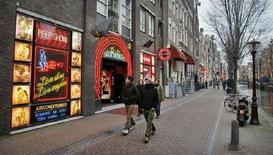 <p>Un'immagine del quartiere a luci rosse di Amsterdam. REUTERS/Koen van Weel (NETHERLANDS)</p>