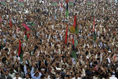 Supporters of former Pakistan prime minister Benazir Bhutto attend an election rally in her hometown of Larkana, 480 km from Karachi, December 23, 2007. REUTERS/Nadeem Soomro