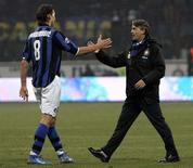 <p>L'allenatore dell'Inter Roberto Mancini festeggia la vittoria contro il Milan con il giocatore neroazzurro Zlatan Ibrahimovic. REUTERS/Alessandro Bianchi</p>