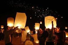 <p>Lanterne di carta ieri hanno illuminato il cielo durante la manifestazione per commemorare le vittime dello tsunami a Khao Lak, nella provincia tailandese di Phang Nga. REUTERS/Chaiwat Subprasom (THAILAND)</p>