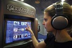 <p>Una visitatrice ascolta musica in un negozio musicale online alla 41esima fiera del mercato musicale MIDEM, a Cannes, nel gennaio 2007. REUTERS/Eric Gaillard (FRANCE)</p>