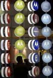 <p>Motorola a présenté un lecteur multimédia portable de poche, baptisé DHO1, permettant de visualiser des programmes télévisés en direct, des vidéos à la demande ou des émissions enregistrées. /Photo d'archives/REUTERS/Andrew Wong</p>