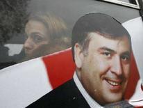<p>Женщина смотрит из окна автобуса, с предвыборной агитацией в поддержку Михаила Саакашвили, Тбилиси, 4 января 2008 года. Президентские выборы в Грузии 5 января 2008 года станут тестом на популярность вероятного победителя, Михаила Саакашвили и дадут властям шанс восстановить демократический имидж, пострадавший из-за подавления демонстраций протеста в ноябре. (REUTERS/David Mdzinarishvili)</p>