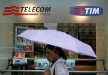 <p>Un negozio di telefonia a Roma coi marchi di telecom Italia e Tim. REUTERS/Dario Pignatelli (ITALY)</p>
