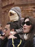 <p>Carla Bruni e Nicolas Sarkozy che tiene sulle spalle il filgio dell'ex modella, Aurelien, a Petra. REUTERS/Yousef Allan (JORDAN)</p>