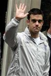 <p>Nella foto d'archivio Robbie Williams saluta. REUTERS/Luke MacGregor</p>