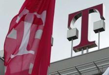 <p>Deutsche Telekom compte atteindre comme prévu son objectif de bénéfice brut 2007, l'opérateur allemand tablant sur un bénéfice avant intérêts, impôt, provisions et amortissements (Ebitda) de l'ordre de 19 milliards d'euros pour l'année écoulée. /Photo d'archives/REUTERS/Juergen Schwarz</p>