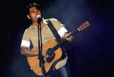 <p>Luciano Ligabue durante un'esibizione. REUTERS/Alessia Pierdomenico AMP/CN</p>